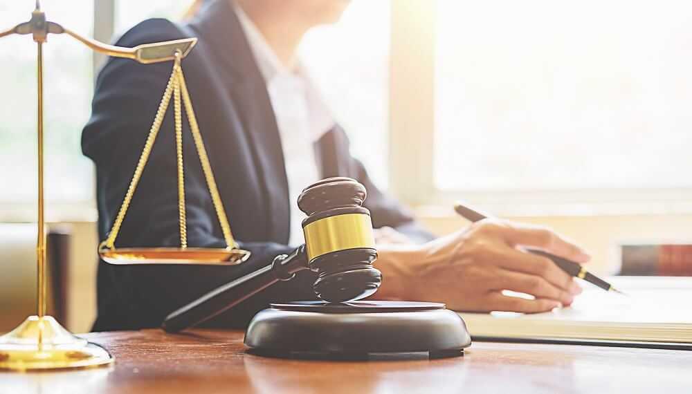 מהו הדין על מעשה מגונה בפומבי?